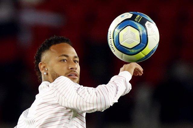 Neymar en un escalfament amb el PSG.