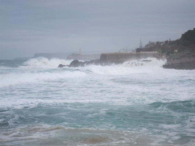 Olas en Santander. Oleaje en la costa. Temporal. Fenómenos adversos costeros.