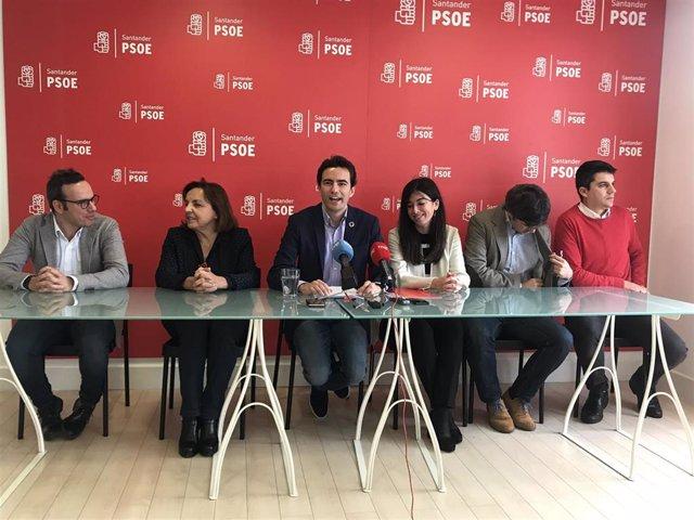 El portavoz del PSOE en el Ayuntamiento de Santander, Pedro Casares, acompañado de casi todos los concejales socialistas, anuncia una enmienda a la totalidad del presupuesto para 2020