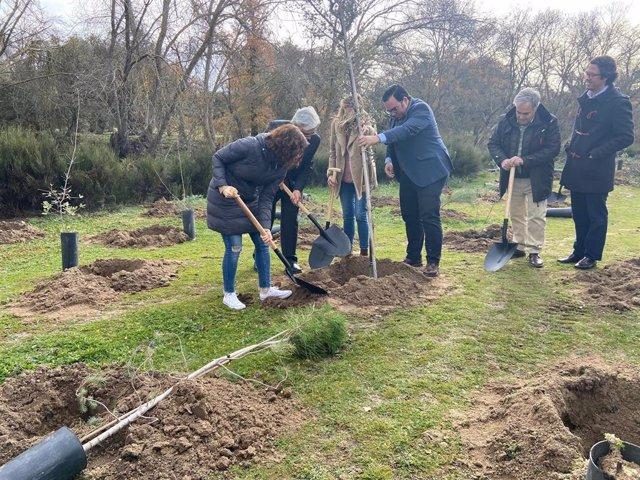 La presidenta de la Comunidad de Madrid, Isabel Díaz Ayuso, y el alcalde de Boadilla, Javier Úbeda, plantan un árbol en la localidad.