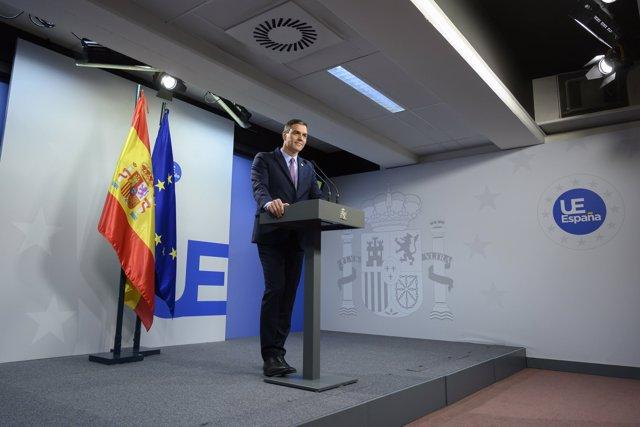 El presidente del Gobierno en funciones, Pedro Sánchez, atiende a los medios en Bruselas