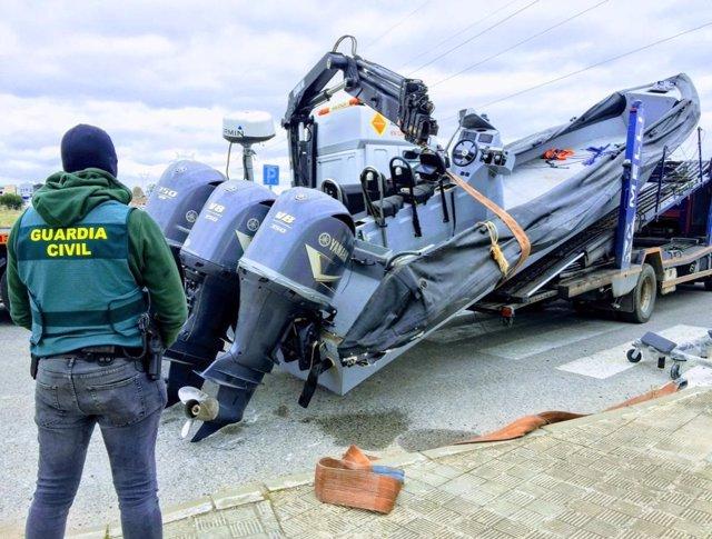 Una narcolancha interceptada en un registro en una operación contra el tráfico de hachís en Sevilla.