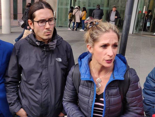 El fotoperiodista d''El País'  Albert Garcia i la seva advocada, Marisa Díaz.