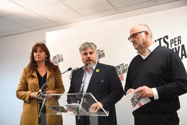 La portaveu de JxCat al Congrés dels Diputats, Laura Borràs, i els diputats al Parlament Albert Batet i Eduard Pujol.
