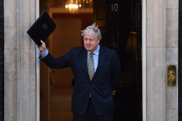 El primer ministro de Reino Unido, Boris Johnson, saluda en la puerta del 10 de Downing Street después de hacer unas declaraciones | Victoria Jones/PA Wire/dpa
