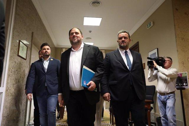 L'exvicepresident de la Generalitat, Oriol Junqueras, surt del Congrés dels Diputats, on ha iniciat els tràmits pertinents per recollir la seva acta de diputat. A la seva dreta, l'acompanya  Gabriel Rufián (ERC).