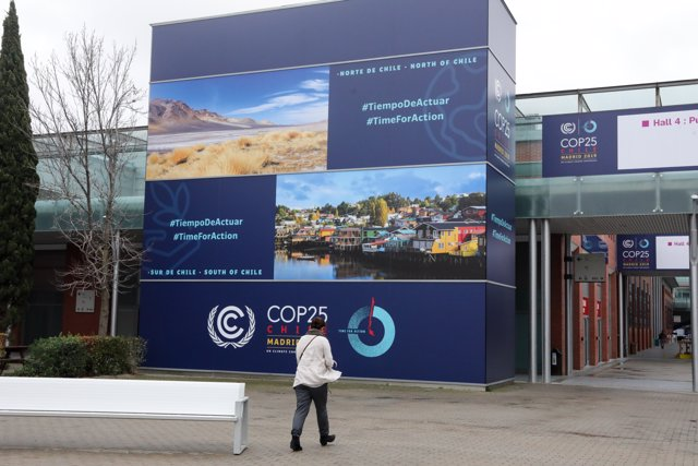 Una mujer se dirige a la entrada de uno de los pabellones, en la Cumbre del Clima (COP25) en Ifema, Madrid (España), a 12 de diciembre de 2019.