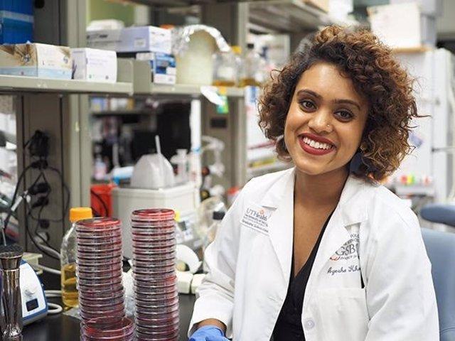 Ayesha Khan, estudiante de doctorado en el MD Anderson Cancer Center de la Universidad de Texas UTHealth Graduate School of Biomedical Sciences, fue la autora principal del estudio.