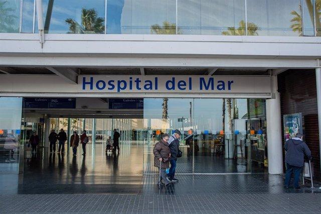 Una parella d'ancians abandona l'Hospital del Mar de Barcelona.