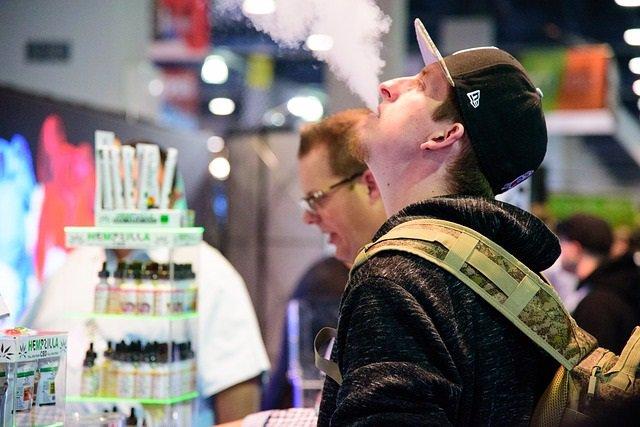 Hombre vapeando, cigarrillo electrónico, vapeo.