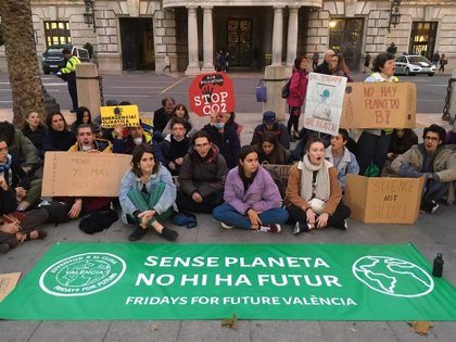 "Fridays for Future se suma en València a una sentada internacional contra la ""insuficiencia de la COP25"""