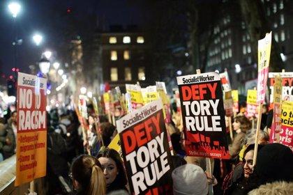 """Cientos de personas se manifiestan en Londres contra Johnson al grito de """"no es mi primer ministro"""""""
