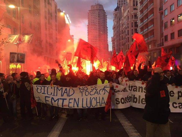 """Más de 4.000 trabajadores de la EMT bloquean con una sentada la Gran Vía para exigir que Almeida """"se siente a negociar"""""""