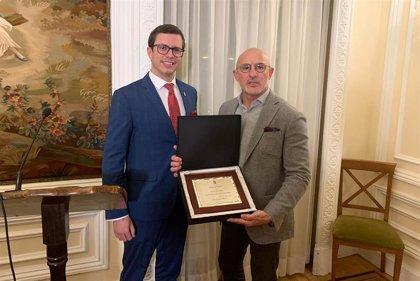 De la Fuente recibe el Premio del Deporte 2019 del centro Riojano