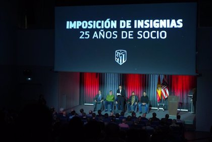 El Atlético realiza su decimoquinta entrega de insignias de plata a los socios dados de alta entre 1992 y 1994