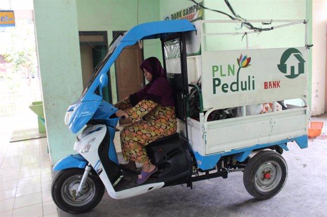 Mujer participa en una iniciativa de recogida de residuos en Yakarta