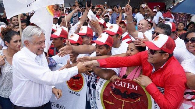 El presidente de México , Andrés Manuel López Obrador, saludando a algunos de sus incondicionales.