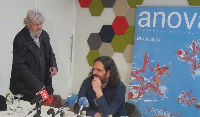 El histórico nacionalista Xosé Manuel Beiras y el portavoz de Anova, Antón Sánchez, en una rueda de prensa.