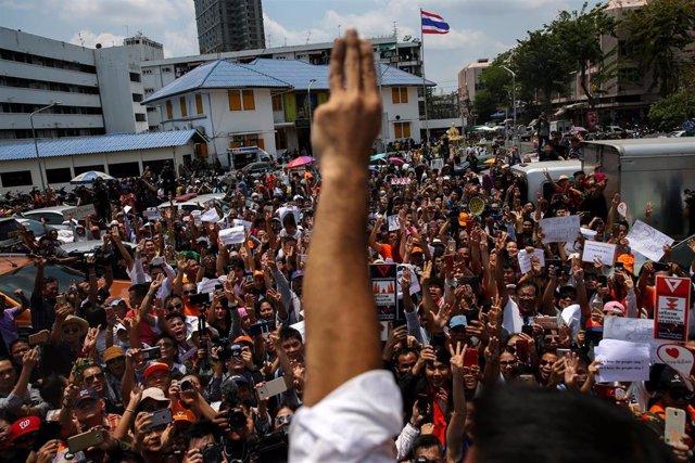 Thanathorn Juangroongruangkit levanta la mano en gesto de victoria ante sus simpatizantes