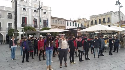 Cerca de un centenar de mujeres participan en la Plaza de España de  Mérida en la performance 'El violador eres tú'