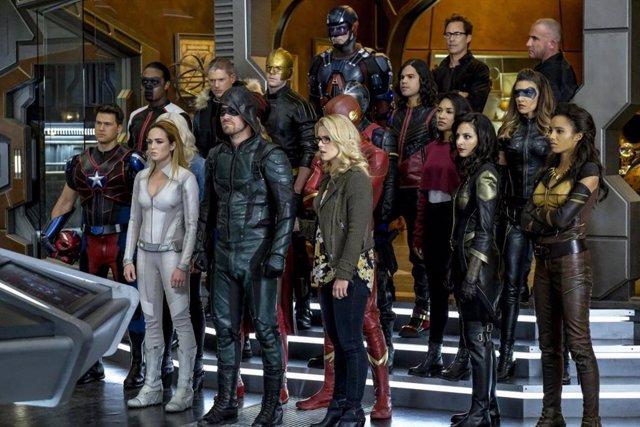 Todos los héroes de 'Crisis en Tierras Infinitas'