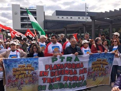 Unas 3.000 personas marchan en Sevilla en defensa del tren rural y exigen a Sánchez mantenerlo como servicio público