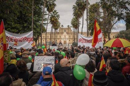 """Vox congrega a cientos de personas para pedir al PSOE """"680 millones malversados"""" del """"robo sistemático"""" de los ERE"""