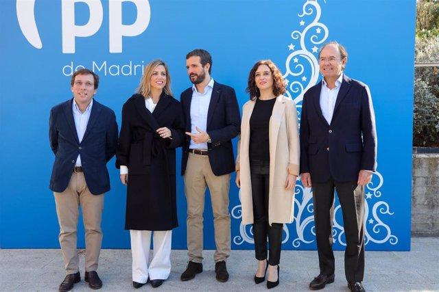 (I-D) El alcalde de Madrid, la esposa de Pablo Casado, el presidente del PP, la presidenta de la Comunidad de Madrid y el presidente del PP madrileño en la comida de Navidad del PP de la Comunidad de Madrid