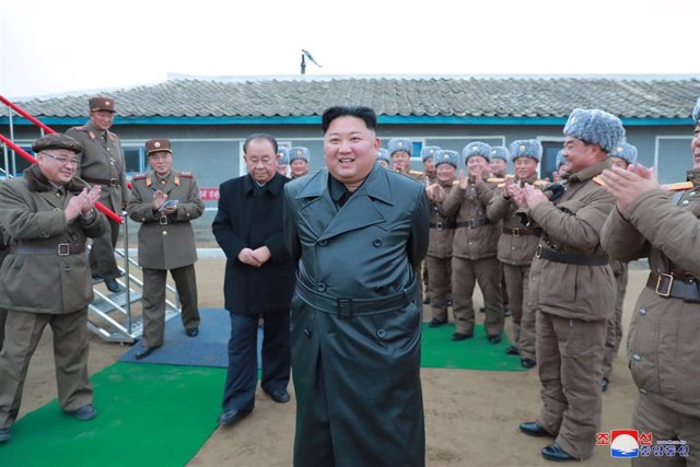 El líder de Corea del Norte, Kim Jong Un, supervisiando el lanzamiento del sistema de cohetes.
