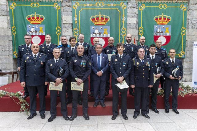 Revilla en la entrega de premios de la APLB en el Parlamento