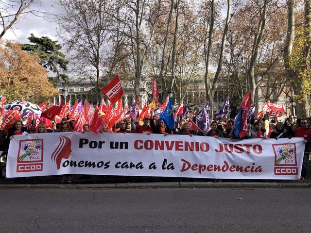 Manifestación de trabajadoras de la dependencia frente a la sede del Ministerio de Sanidad