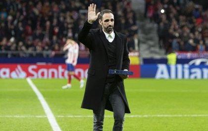 Juanfran, homenajeado por el Wanda antes del Atlético-Osasuna