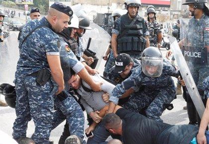 Decenas de heridos tras la carga de las fuerzas de seguridad durante una manifestación en Beirut