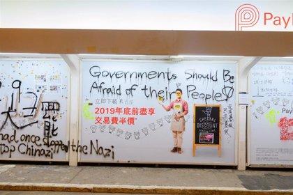 La Policía de Hong Kong arresta a tres personas mientras probaban una bomba casera