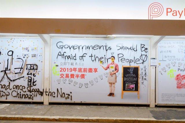 China.- La Policía de Hong Kong arresta a tres personas mientras probaban una bo