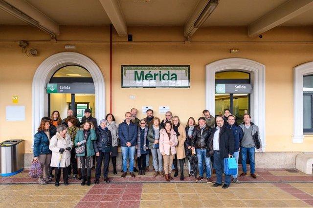 Miembros de Amigos de Badajoz en la estación de trenes de Mérida.