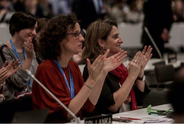 La ministra de Transición Ecológica aplaude durante la aprobación del acuerdo