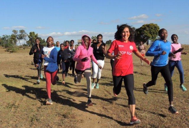 Doce mujeres de la ONG Wanawake se unen en una prueba deportiva contra la mutilación genital y el matrimonio infantil en Kenia