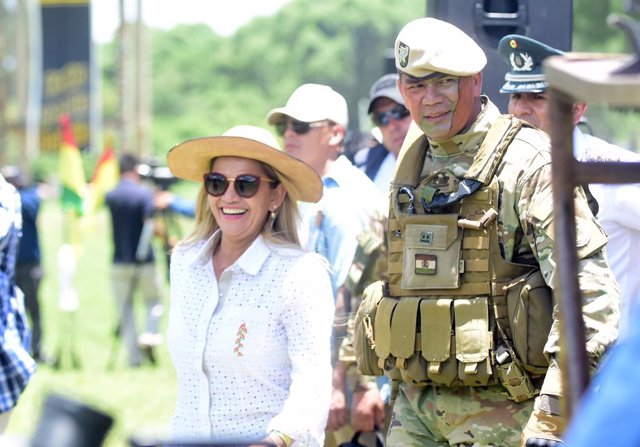 Bolivia.-Militares y policías se disputaron la seguridad de Áñez el día de su au