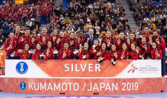 La selección española femenina de balonmano, las Guerreras, posa con su medalla de plata en el Mundial