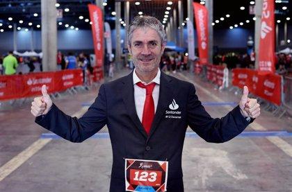 Martín Fiz culmina su reto de correr en traje la Santander Cursa de les Empreses en Barcelona