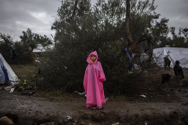 Una nena al centre d'internament de Mória a Lesbos, Grècia