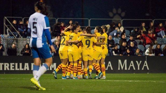 Las jugadoras del FC Barcelona celebran un gol ante el RCD Espanyol.