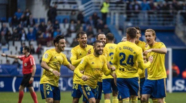 Fútbol/Segunda.- (Crónica) El Cádiz vence y saca provecho del empate entre Fuenl