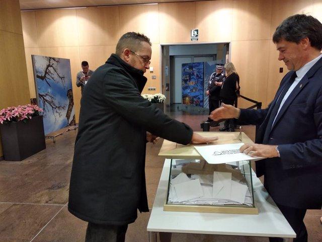 Un ciutadà votant a Andorra la Vella durant les elecciones de parròquies del Principat el 15 de desembre de 2019