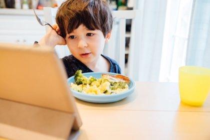 4 razones por las que no hay que dejar a los niños el móvil en la comida