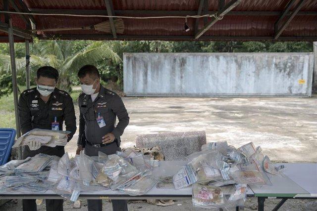 Policías trabajando en la identificación de víctimas del tsunami de 2004 en una comisaría del sur de Tailandia