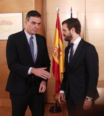 Caras serias de Sánchez y Casado en su primera reunión tras las generales