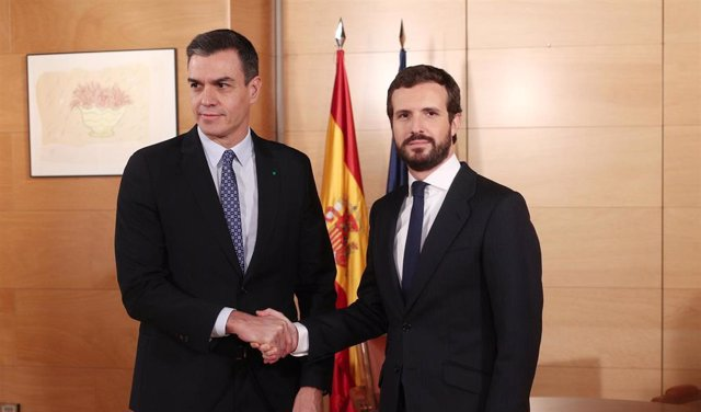El presidente del Gobierno en funciones, Pedro Sánchez (izq) y el presidente del PP, Pablo Casado (dech), posan juntos antes de su reunión  en el Congreso de los Diputados, en Madrid (España),a 16 de diciembre de 2019.