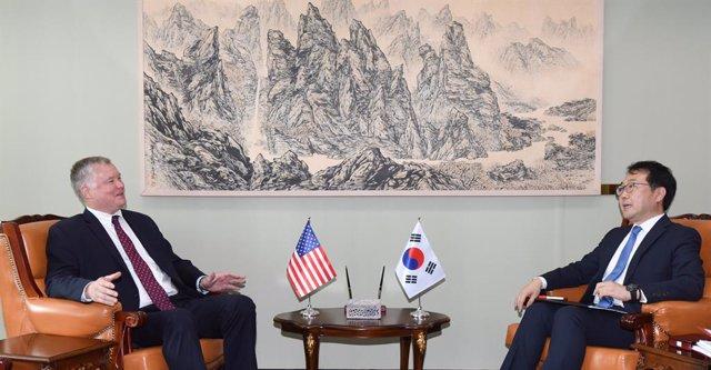 L'enviat dels Estats Units a Corea del Nord, Stephen Biegun, i el seu homòleg sud-coreà, Lee Do-hoon.